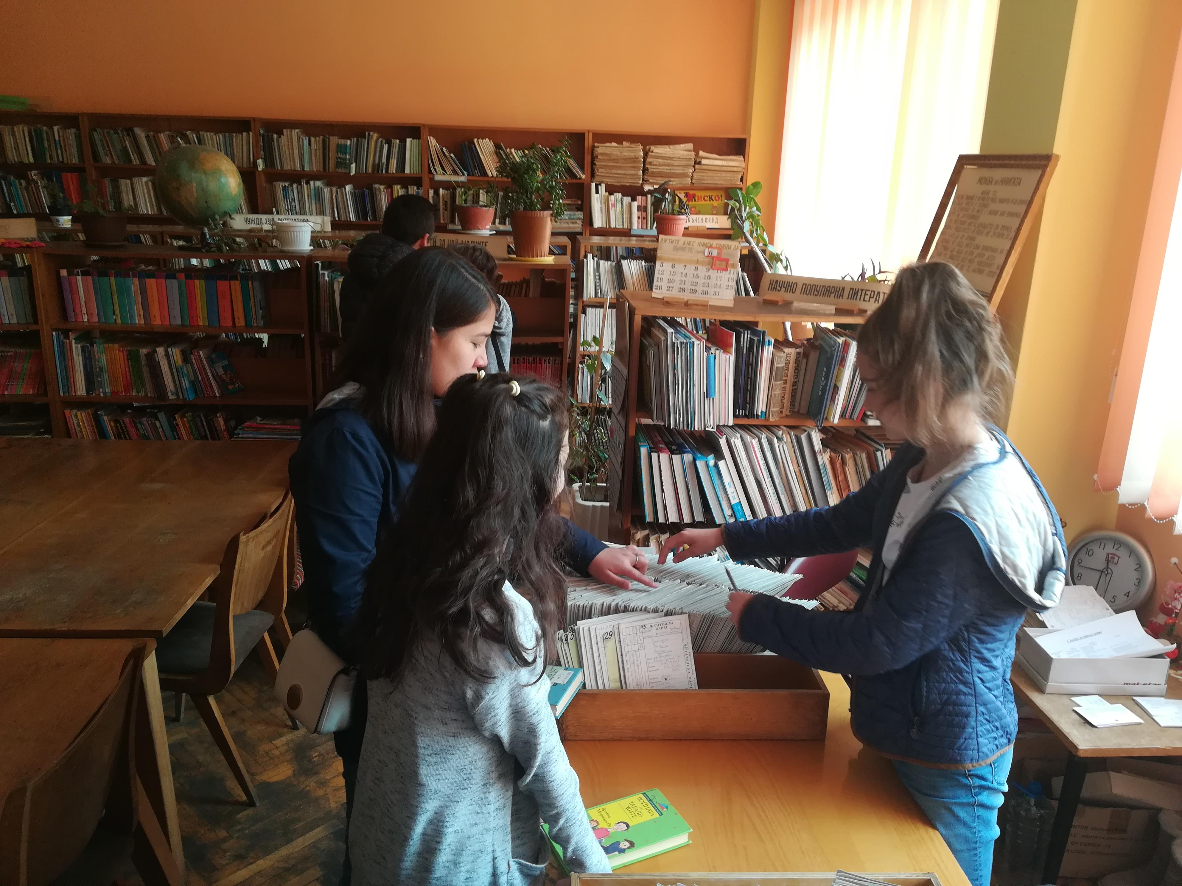 """Клуб """"С магията на словото""""  към СУ """"Георги Бенковски"""" станаха библиотекари за един ден. Научиха  как се попълва картонът на все"""
