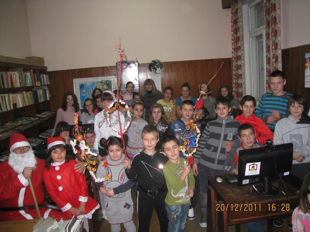 Дядо Коледа в библиотеката в Стамболийски