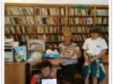 Жените от дома в библиотеката